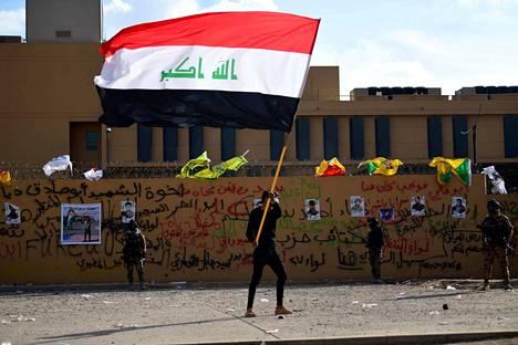 Irakin valtiolippu liehuu Bagdadissa Yhdysvaltojen suurlähetystön edustalla. Irakin shiiojen aseellinen ryhmä on mobilisoinut tukijansa kadulle. Iranin tukemat asemiehet vetäytyivät lähetystöltä piiritettyään sitä kaksi päivää sen jälkeen, kun Yhdysvaltojen ilmaisku oli surmannut 25 Iranin tukemaa taistelijaa 29. joulukuuta.