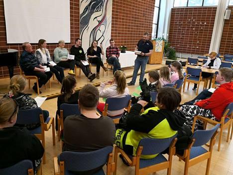 Nuorten vaalipaneelissa yleisö osallistui keskusteluun äänestämällä vastaukset kuultuaan kolmella värillä, vihreä tarkoitti hyvää, keltainen melko hyvää ja punainen huonoa vastausta. Eniten vihreitä ääniä keräsivät selkeät ja asiallisesti perustellut vastaukset, joissa korostuivat nuorten itse tärkeiksi kokemat asiat.