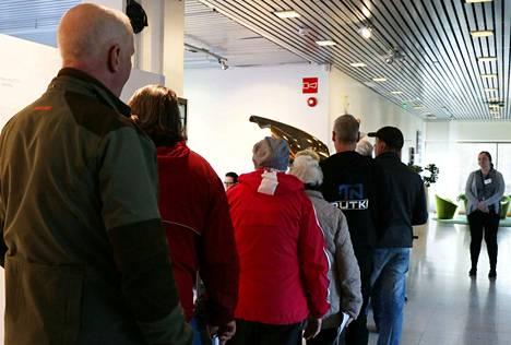 Ensimmäisenä ennakkoäänestyspäivänä äänestäjät jonottavat vaaliuurnille Mäntän kaupungintalon aulassa.