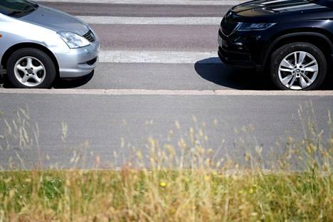 Autoja parkissa Helsingissä 22. kesäkuuta 2021.
