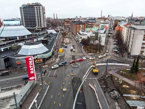 Raitiotiehanke maksaa satoja miljoonia euroja, ja samaan aikaan Tampereella on käynnissä monia muista suuria rakennushankkeita. Kaupungin velkasumma oli vuoden 2019 lopussa lähes 800 miljoonaa euroa.