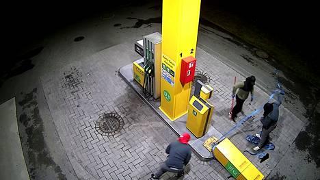 Tervakoskella anastettiin bensa-aseman automaatti. Poliisi kaipaa vihjeitä.