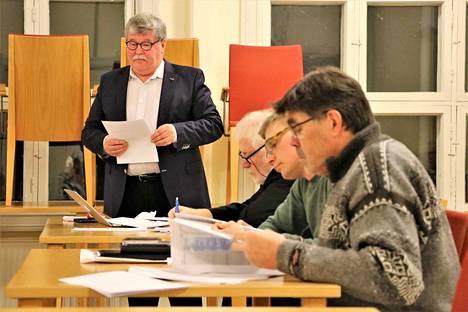 Paavo Valtanen teki seurakunnan talousarvioon useita muutosesityksiä, mutta ei saanut niille kannatusta. Kuvassa myös Harri Kivenmaa, Jukka Salo ja Erkki Lahtinen.