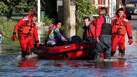 Pelastajat kuljettavat veneillä turvaan tulvan saartamia asukkaita Mamaroneckissa, New Yorkissa.
