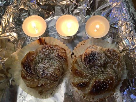 Kokeile tehdä torttuja uusilla täytteillä, kuten lakka-omena, omena-kaneli tai kuvassa oleva luumuhillo-kaneliluumurahka-täytteinen. Myös torttujen muotoja voi vaihdella, tässä tehty kieputtamalla pitkistä suikaleista wienermalliset tortut. Täyte tulee kahden päällekkäisen levyn väliin.