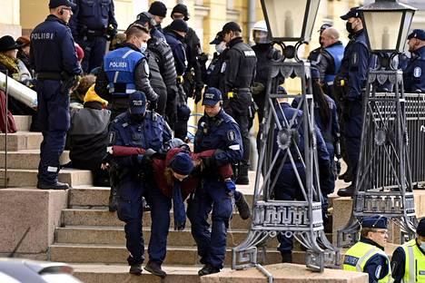 Poliisi otti Helsingissä kiinni 51 Valtioneuvoston linnaan kulkua tukkinutta ympäristöliike Elokapinan mielenosoittajaa,