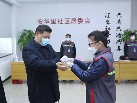 Xi Jinpeng mittautti myös oman ruumiinlämpönsä pekingiläisessä terveyskeskuksessa.