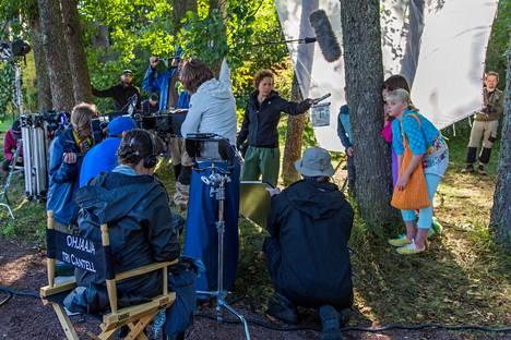 Elokuvatuotannossa tarvitaan monenlaisia ammattilaisia. Tällä hetkellä töitä riittäisi erityisesti toteuttavaa työtä tekevälle portaalle. Kuvassa Onneli, Anneli ja Salaperäinen Muukalainen -elokuvan tuotantoryhmää työssään elokuussa 2016.