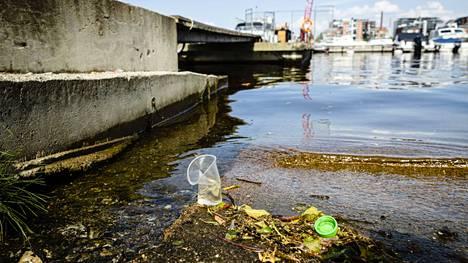 Takon Soutajien rannassa Hatanpäällä oli tiistaina muutama veteen kuulumaton roska.