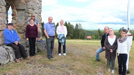 Petäjäveden tuulivoimasuunnitelmat ovat herättäneet voimakasta keskustelua myös Keuruun puolella. Ampialassa tuulivoimalat näkyisivät hyvin esimerkiksi Herpmanin poikain muistomerkille.