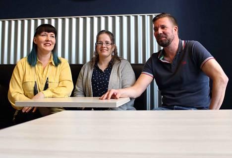 Mari Wuoti, Kerttu Jokinen ja Marko Lehojärvi huokaavat hetken ennen loppurutistusta. Cake House Caféa viimeisteltiin vielä viimeisenä iltana ennen avajaispäivää.