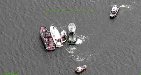 Kuvassa pelastusyksiköt, joiden välissä onnettomuusveneet ovat.