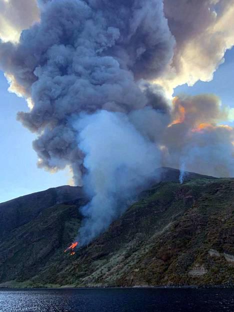 Paikallisten pelastusviranomaisten mukaan purkaus on sytyttänyt saarella tulipaloja.