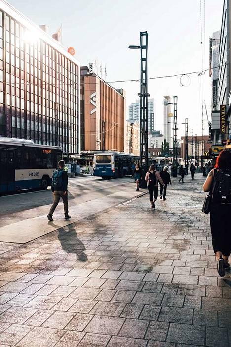 Raitiotietöiden aikana Hämeenkadun kivetystä ja valaistusta uusitaan. Kuva kadun itäpäästä.