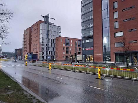 Tampereen valtatietä pääsee vielä ajamaan, vaikka tie on osittain suljettu. Ratinan kauppakeskukseen ajo on kuitenkin Suvantokadun kautta.