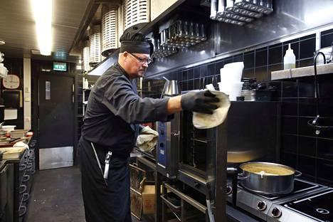 Luvialainen Jouni Ylisäe oli ennen mainoselokuvayhtiön yrittäjä, mutta nyt hän on valmistunut Winnovasta kokiksi ja työskentelee muun muassa porilaisen ravintola Toreron keittiössä.
