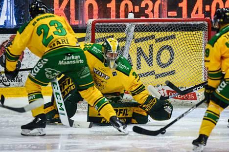 Ilveksen maalivahti Eetu Mäkiniemi debytoi liigaottelussa.