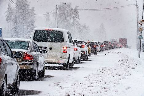 Kolmostien liikenne oli ruuhkautunut keskiviikkona aamulla kolmostiellä Hämeenkyrössä, jossa tapahtui kahden henkilöauton välinen nokkakolari.