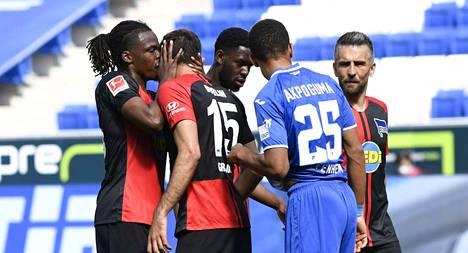 Hertha Berlin rikkoi sääntöjä. Kuvassa Dedryck Boyata ottaa läheisen kontaktin joukkuekaveriinsa Marko Grujiciin.