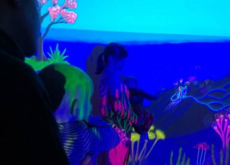Lastenkulttuurikeskus Kruunupään värilaboratorioissa on mystinen tunnelma.