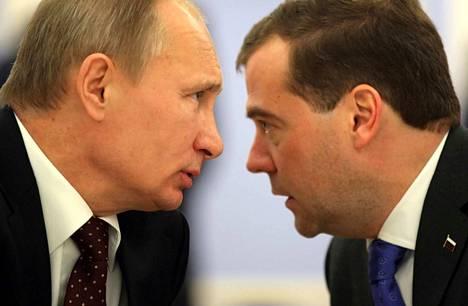 Venäjän presidentti Vladimir Putin (vas.) siirsi Dmitry Medvedevin (oik.) pois pääministerin paikalta.