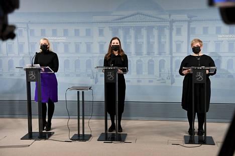 Sisäministeri Maria Ohisalo, pääministeri Sanna Marin ja tiede- ja kulttuuriministeri Annika Saarikko hallituksen tiedotustilaisuudessa Helsingissä 25. helmikuuta 2021.