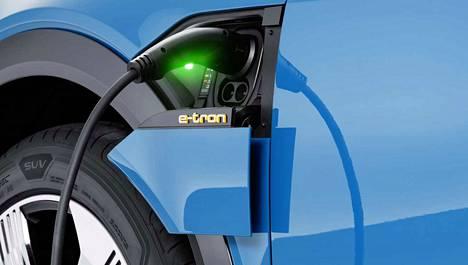 Ympäristö edellä. Tuoreen barometrin mukaan vähäiset päästöt ovat suurin syy sähkö-, kaasu- tai hybridiauton hankintaan.