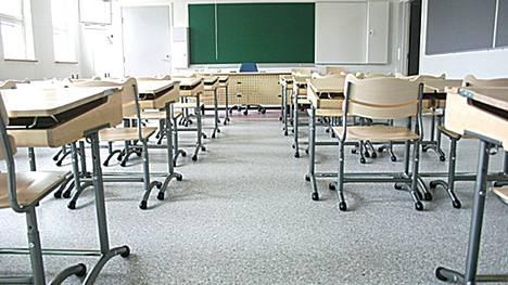 Porilaisen koulun oppitunnilla rauhattomasti käyttäytynyt oppilas joutui opettajan voimankäytön kohteeksi. Kuvituskuvan luokkahuone ei liity uutisessa kerrottuun tapaukseen.
