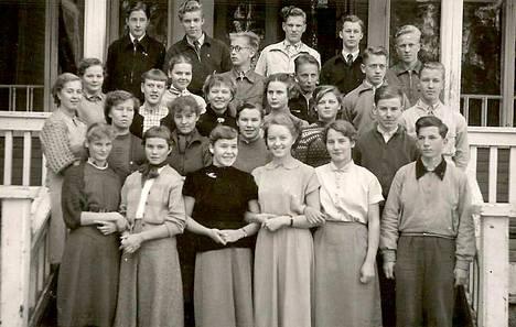 Vuonna 1954 Haapamäen yhteiskoulussa otetussa luokkakuvassa Raija on eturivissä neljäs vasemmalta.