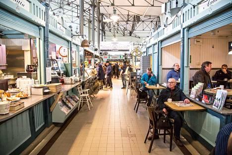 Ihmiset olivat tulleet lauantaina Tampereen kauppahalliin ostoksille.
