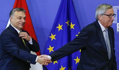Ristiriidat EU:n perusarvojen kunnioittamisessa ovat nakertaneet unionia sisältäpäin ja luoneet jännitteitä jäsenvaltioiden välille. Jean-Claude Junckerin (oik.) johtama Euroopan komissio on yrittänyt suitsia joidenkin jäsenvaltioiden rapautuvaa oikeusvaltioperiaatetta. Muun muassa Viktor Orbánin (vas.) johtama Unkari kuuluu näihin valtioihin.