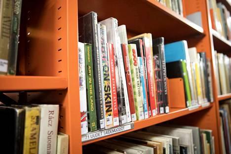 Tekstaripalstalla vaaditaan Puuvillan ja Käppärän kirjastojen säilyttämistä.