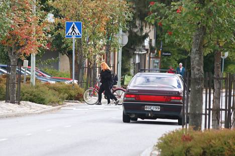 –Nopeusrajoitusten noudattaminen ja suojatien lähestyminen oikealla tilannenopeudella lisää liikenneturvallisuutta, sanoo ylikomisario Jari Näkki Sisä-Suomen poliisista.