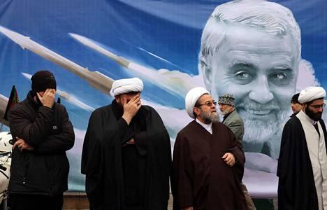 Iranilaiset uskonoppineet surivat lauantaina Yhdysvaltojen ilmaiskussa kuollutta maan voimahahmoa, iranilaiskenraali Qassim Suleimania.