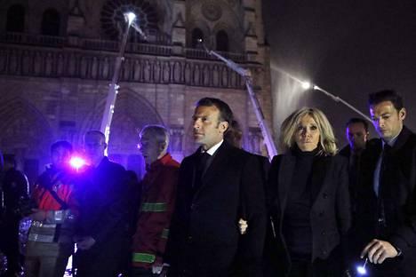 Ranskan presidentti Emmanuel Macron ja hänen vaimonsa Brigitte Macron vierailivat pelastajien luona maanantaina illalla.