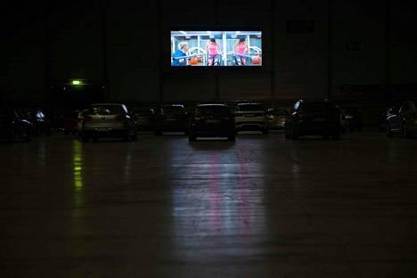 Kesäillan valoisuus ei häirinnyt elokuvaelämystä sisällä Tampereen Messu- ja urheilukeskuksen A-hallissa.