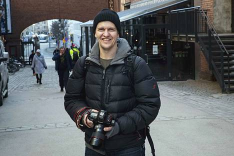 Jukka Ritola on työskennellyt Aamulehdessä vuodesta 2006 ja palkittu aiemmin ansioistaan muun muassa Aamulehden Sulka hattuun -palkinnolla. Vuosien varrella kuvajournalistin työnkuva on jatkuvasti muuttunut ja laajentunut.