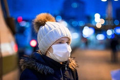 Porilainen Mila Mäkivaara matkaa Tampereen ja Porin väliä lähes joka arkipäivä koulun takia. Koronan aikana matkustaminen jännittää hieman, koska läheisissä on riskiryhmiin kuuluvia, Mäkivaara kertoo.