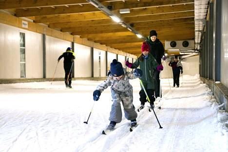 Hämeenkyröläiset Papu Stolle (edessä), 5, Elli Stolle ja Liisa Hietanen hakivat Jämin hiihtotunnelista tuntumaa latuun, kun kotiseudulla ei riittänyt luonnonlumia hiihtämiseen.