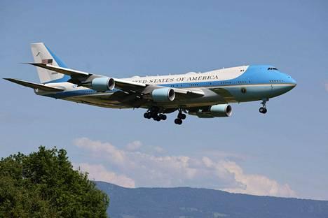 Joe Bidenia kuljettava lentokone laskeutui Geneveen tiistaina 15. kesäkuuta.