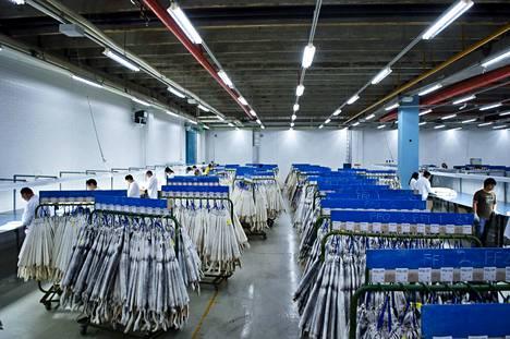 Turkistarhoilta raakanahat kuljetetaan Vantaalle Saga Fursin turkishuutokauppaan. Huutokauppoja järjestetään neljästi vuodessa.