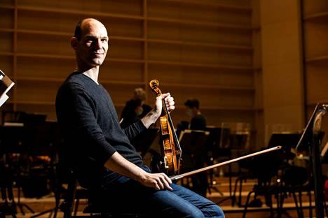 Zsolt-Tihamér Visontay aloitti työnsä Tampere Filharmonian konserttimestarina tällä viikolla. Lontoolaisen viulistin pesti kestää viisi viikkoa.
