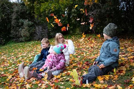 Jokirannan sisarukset Aapo (takana vasemmalla), Onni, Lumi, 10 kuukauden ikäinen Enni (Lumin sylissä), kolmivuotias Isla ja Eino olivat vanhempiensa kanssa sunnuntaiulkoilulla ja pysähtyivät ottamaan kuvaa värikkäiden lehtien kanssa.