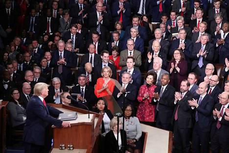 Republikaanit yltyivät suosionosoituksiin useamman kerran, kun demokraattiedustajistosta kuului huokailuja ja osa lähti kesken puheen pois.