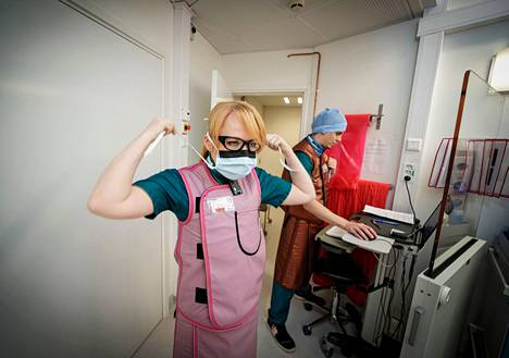 Keski-Suomen keskussairaalassa erikoistuva kardiologi Heidi Hellevuo sonnustautuu ennen varjoainekuvauksen tekemistä lyijyhameeseen, -liiveihin ja -laseihin, sillä kuvaaminen tuottaa runsaasti säteilyä. Taustalla valmistautuu sairaanhoitaja Eero Hokkanen.