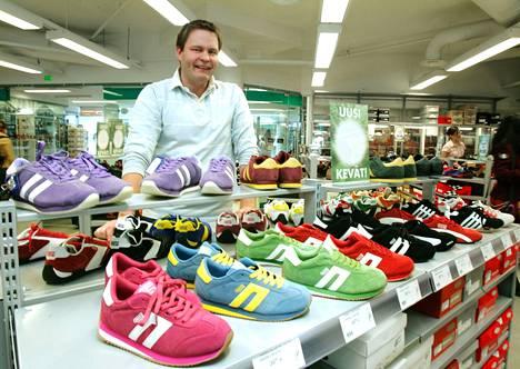 Tommi Lehtinen avaa kenkäkaupan Valkeakoskelle tänä syksynä. Arkistokuvassa Lehtinen on kuvattuna Rovaniemellä sijaitsevassa kenkäkaupassa vuosia takaperin.