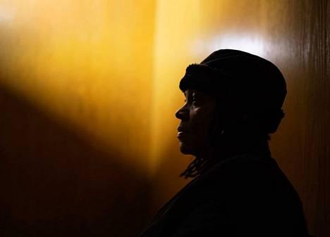 """Touko Hujanen: Vuoden kuvajournalisti 2019. Kuva sarjasta Chicagon yö. 2000-luvun alussa Diane Latikerin mitta tuli täyteen kotikulmillaan ammuskelevista jengiläisistä. Hän avasi kotinsa ovet turvaa etsiville nuorille, irtisanoutui työstään ja omistautui täysipäiväisesti auttamiselle. Tuomaristo kommentoi Touko Hujasta voittajaksi, jonka kuvat ovat tarinallisia ja sensitiivisiä. """"Kuvaajalla on kyky ymmärtää ihmistä."""""""