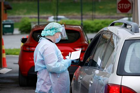 Jos koronavirukselle altistuneella on lieviäkin oireita, testiin tulee hakeutua viiveettä.