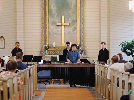 Helsinki Percussion Ensemble -yhtyeen jäsenet esittivät japanilaista ja suomalaista musiikkia. Kuvassa vasemmalta Jani Niinimäki, Xavi Castello Arandigan, Kazultaka Moritan ja Walter Witickin.