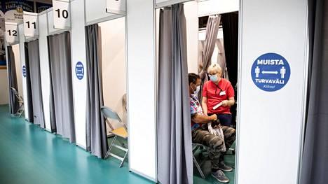 Sairaanhoitaja Eila Mäkelä antoi rokotteen Juha-Pekka Huhtaselle Ratinan rokotuspisteessa 19. toukokuuta.